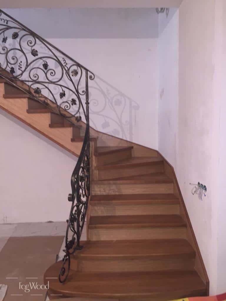 Лестница с кованными перилами на заказ