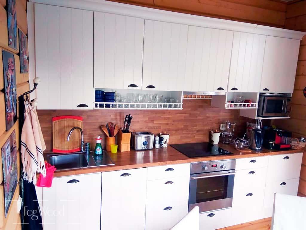 Дубовая столешница для белой кухни на заказ