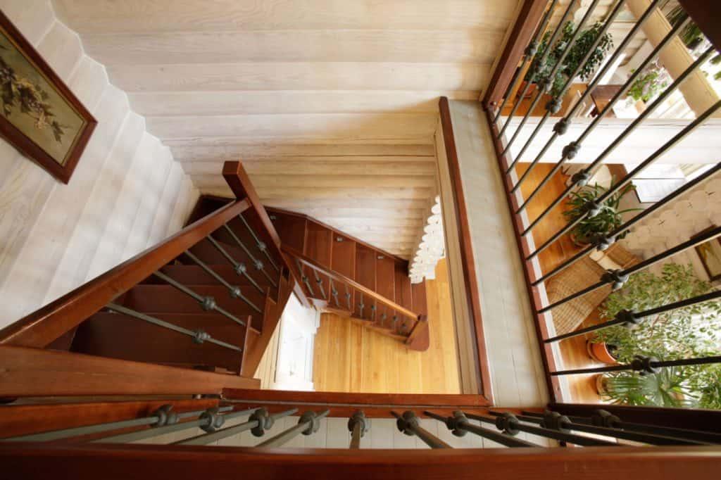 Особенности ухода за деревянной лестницей картинка